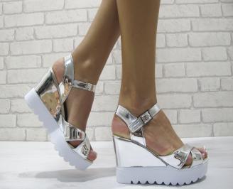 Дамски сандали на платформа еко кожа/лак сребристи KIOU-24224