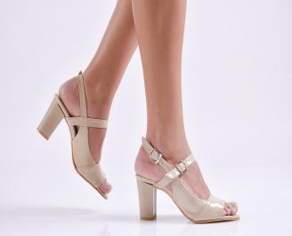 Елегантни сандали на ток бежови еко кожа/лак OGPG-19284